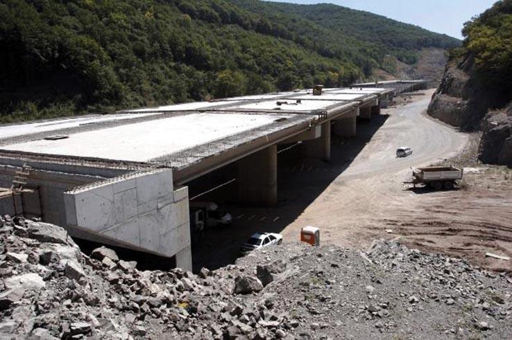 """""""Тракия"""" е първата автомагистрала в България и има изключително значение за икономиката и транспорта на страната. Решението за нейното строителство – като част от автомагистрален пръстен, включващ още """"Хемус"""" и """"Черно море"""" (между Бургас и Варна), е взето през 1964 година. Строителството започва през 1975 г., а през 1985 г. е пуснат в експлоатация първият участък от София до Пловдив. В нормалните държави оставащите до Бургас 250-300 км щяха да бъдат прокарани най-много за още десетина години, но ние нали винаги трябва да сме… """"различни"""""""