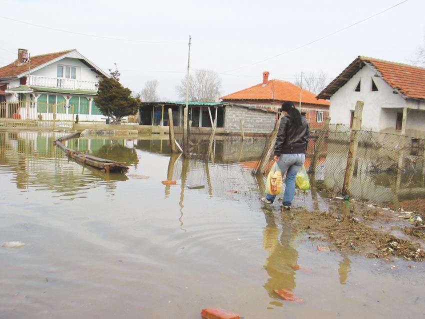 """Германци са трогнати от условията за живот в наводнения видинския квартал """"Нов път"""" и са събрали средства за отстраняване на щетите"""