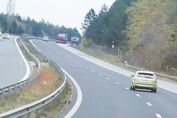 """Агенция """"Пътна инфраструктура"""" преговаря с фирмата """"Автомагистрали Черно море"""" за актуализация на сключения през 1995 г. договор за изграждане на 7-километрова отсечка на магистрала """"Хемус"""" от Шумен. Това съобщи пред журналисти министърът на регионалното развитие Росен Плевнелиев. Той изрази очакванията си проектът да започне следващата година. До няколко дни е възможно да бъде постигнат конкретен резултат по преговорите. За изграждането на отсечката ще се използват спестени средства в размер на 16 млн. лв. от бюджета на министерството за миналата година, които са били за строителни проекти с надути бюджети. """"Категорично мога да обявя, че ще стартираме тази отсечка, дори да не ни стигнат тези пари, защото тя не може да бъде изпълнена и за една година. Вероятно ще отнеме поне две години, така че остатъкът ще бъде предвиден в бюджета за 2012 г."""", коментира министърът и допълни: """"Сключеният договор е както на """"Марица"""" - по анекс и половина на километър, по лев на кг и така 30 години. Юристите в АПИ са категорични, че сключеният договор е валиден, макар че той е преди хиперинфлацията."""""""