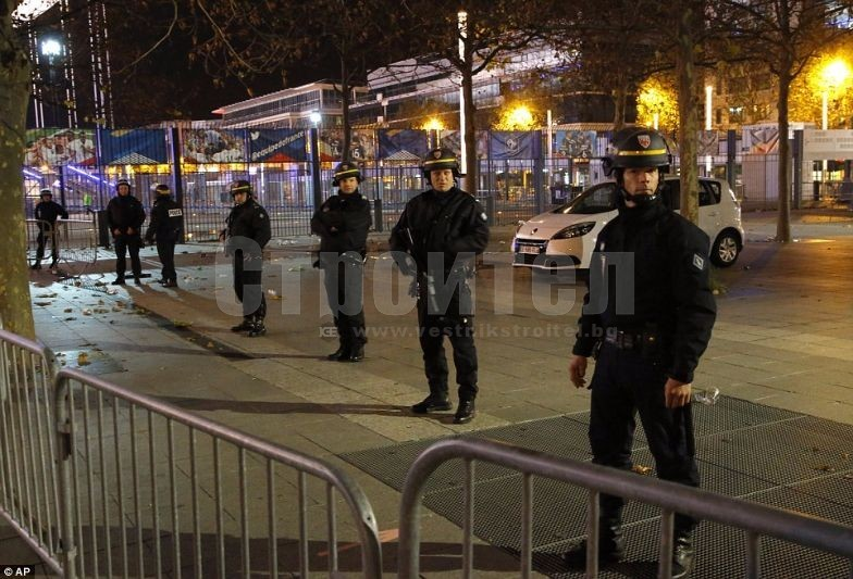 2E6CB54600000578-3317776-Police_officers_secure_the_Stade_de_France_stadium_during_the_in-a-70_1447454685549